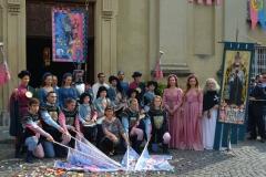 Gruppo Musici e sbandieratori durante presentazione nuovo vessillifero e vessillo sul sagrato della chiesa di Santa Maria Nuova